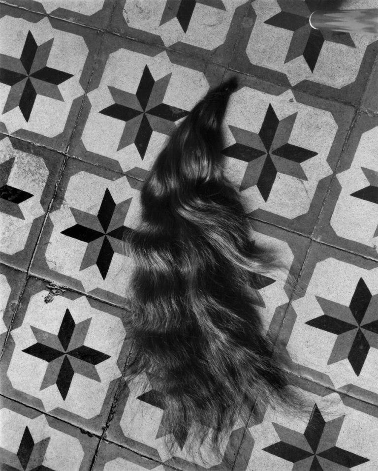 Fotó: Manuel Álvarez Bravo: Hair on Patterned Floor (Mechón / Mèche)<br />1940 © Colette Urbajtel / Archivo Manuel Álvarez Bravo, s.c.