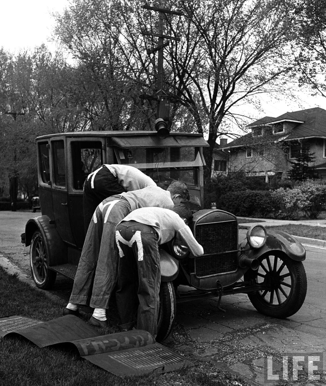 Fotó: Nina Leen: Fiatal fiúk javítanak egy 1927-es Ford T Modelt, Des Moines, 1945 © Nina Leen/Life Magazine