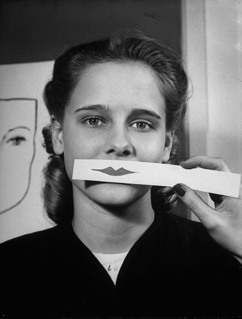 Fotó: Nina Leen: Fiatal lány rúzsmintát próbál, 1945 © Nina Leen/Life Magazine