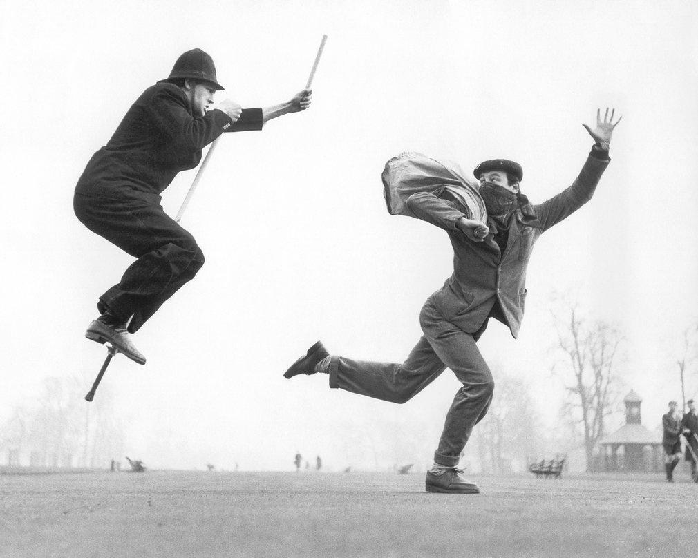 Fotó: Ken Russell: Állj, tolvaj! © Ken Russell/TopFoto (A rendőr szerepében a fotográfust, Ken Russellt láthatod)
