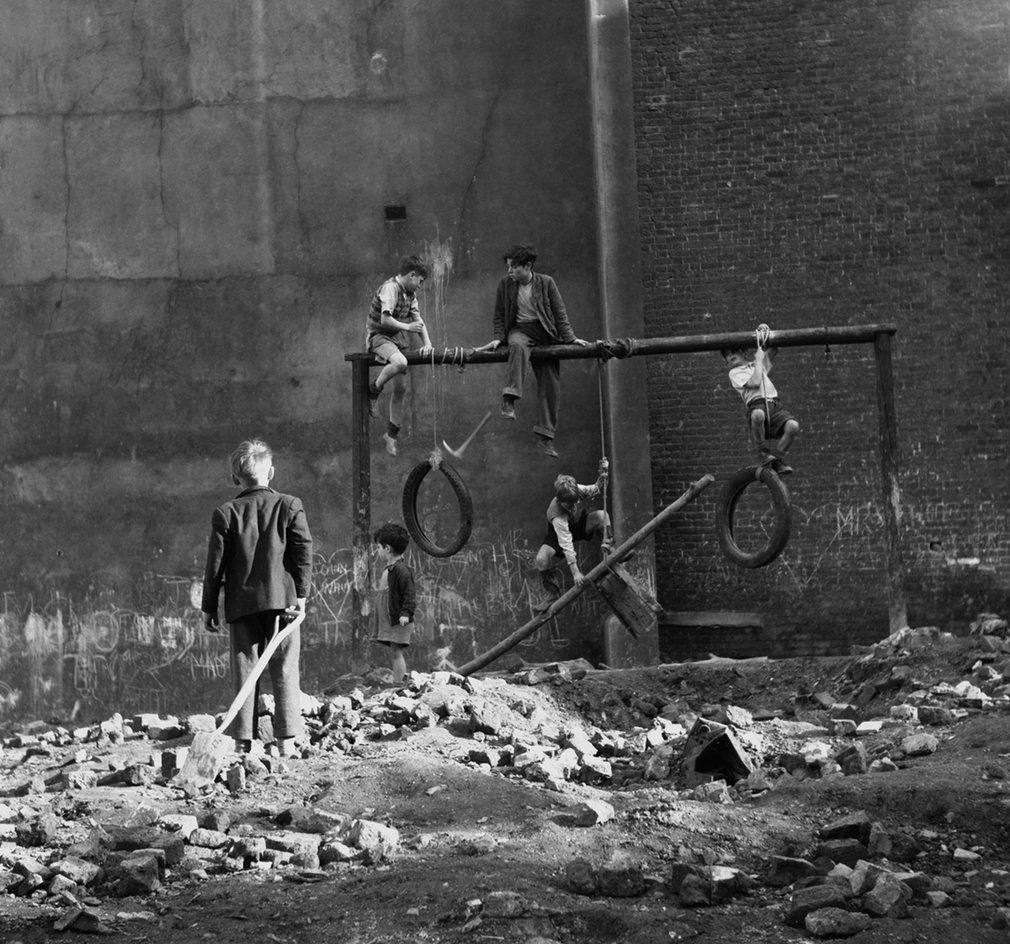 Fotó: Ken Russell: Gyerekek játszanak egy, a világháboróban lebombázott és még fel nem újított területen, 1954 © Ken Russell/TopFoto