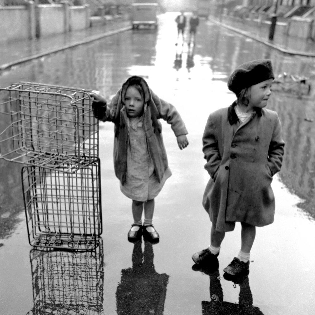 Fotó: Ken Russell: Árvák a viharban, Portobello Road, 1954 © Ken Russell/TopFoto