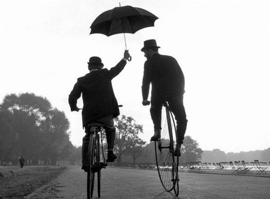 Fotó: Ken Russell: Férfiak esernyővel, 1950-es évek közepe © Ken Russell/TopFoto