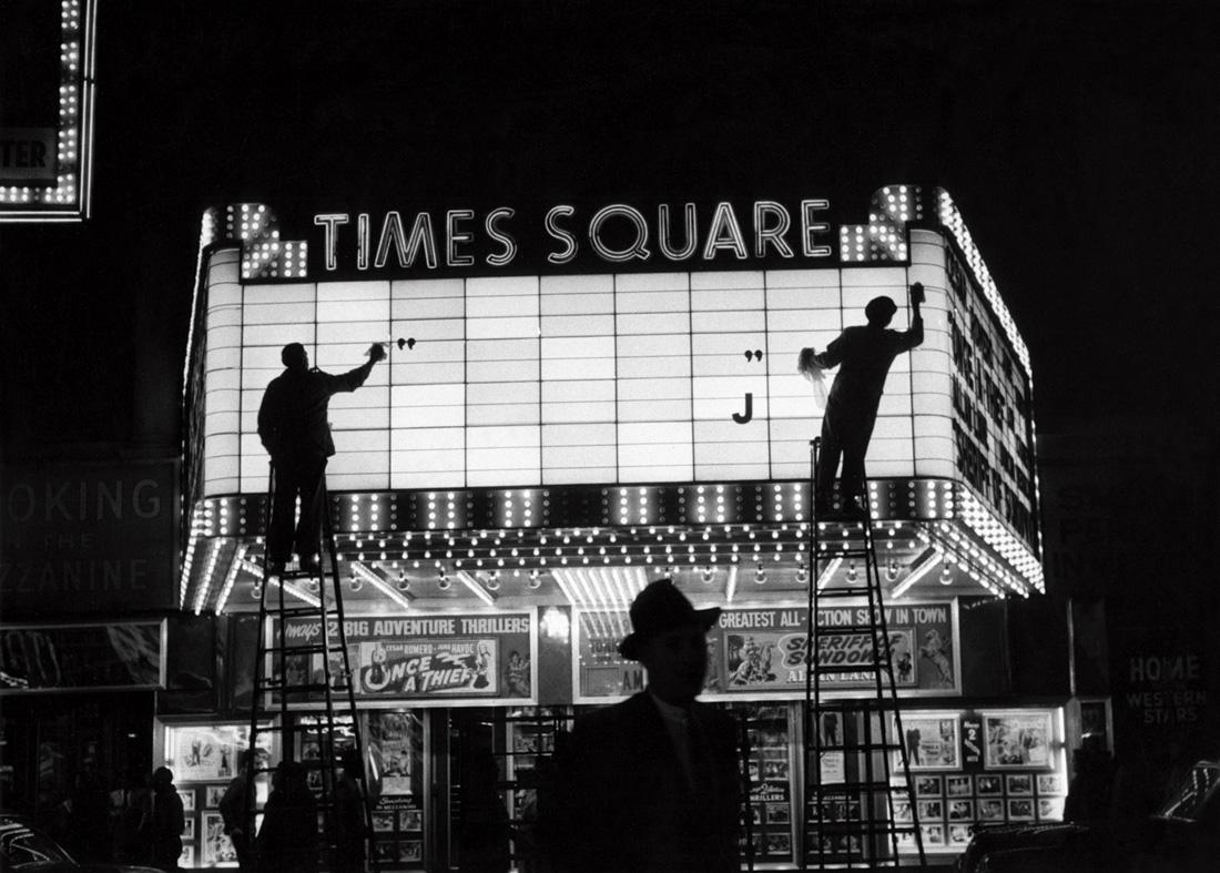 Fotó: Sabine Weiss<br />Times Square, New York<br />États-Unis [United States], 1955<br />Silver gelatin print<br />© Sabine Weiss