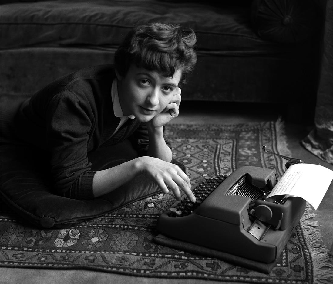 Fotó: Sabine Weiss<br />Françoise Sagan chez elle, lors de la sortie de son premier roman Bonjour tristesse<br />[Françoise Sagan at home, with the release of his first novel Bonjour Tristesse]<br />Paris, 1954<br />Silver gelatin print<br />© Sabine Weiss