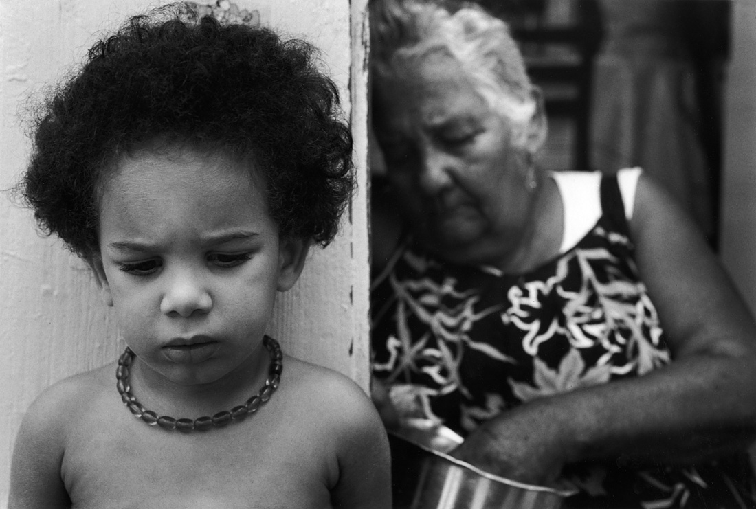 Fotó: Sabine Weiss<br />Vieille dame et enfant, Guadeloupe [Old lady and child, Guadeloupe]<br />1990<br />Silver gelatin print<br />© Sabine Weiss