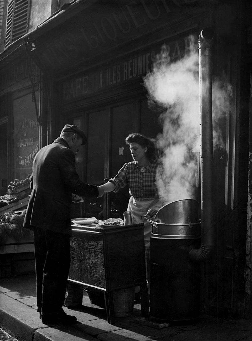 Fotó: Sabine Weiss<br />Marchande de frites<br />Paris, 1952<br />Silver gelatin print<br />© Sabine Weiss