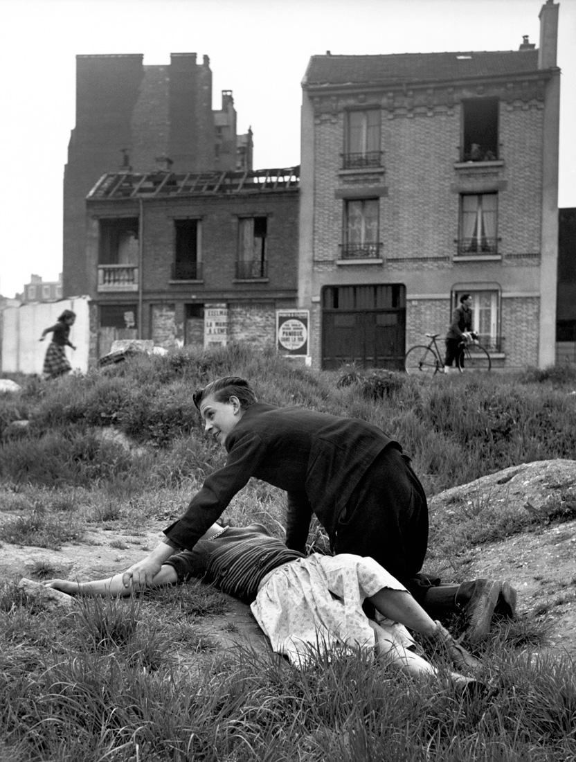 Fotó: Sabine Weiss<br />Terrain vague, Porte de Saint-Cloud [Vacant Land, Porte de Saint-Cloud]<br />Paris, 1950<br />Silver gelatin print<br />© Sabine Weiss