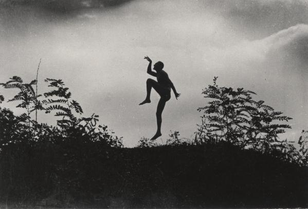 Fotó: André Kertész: Szabadban táncoló férfi (Jenő öcsém), Dunaharaszti, 1919. június/1967.  <br />204x253 zselatinos ezüst  © André Kertész Emlékmúzeum, Szigetbecse