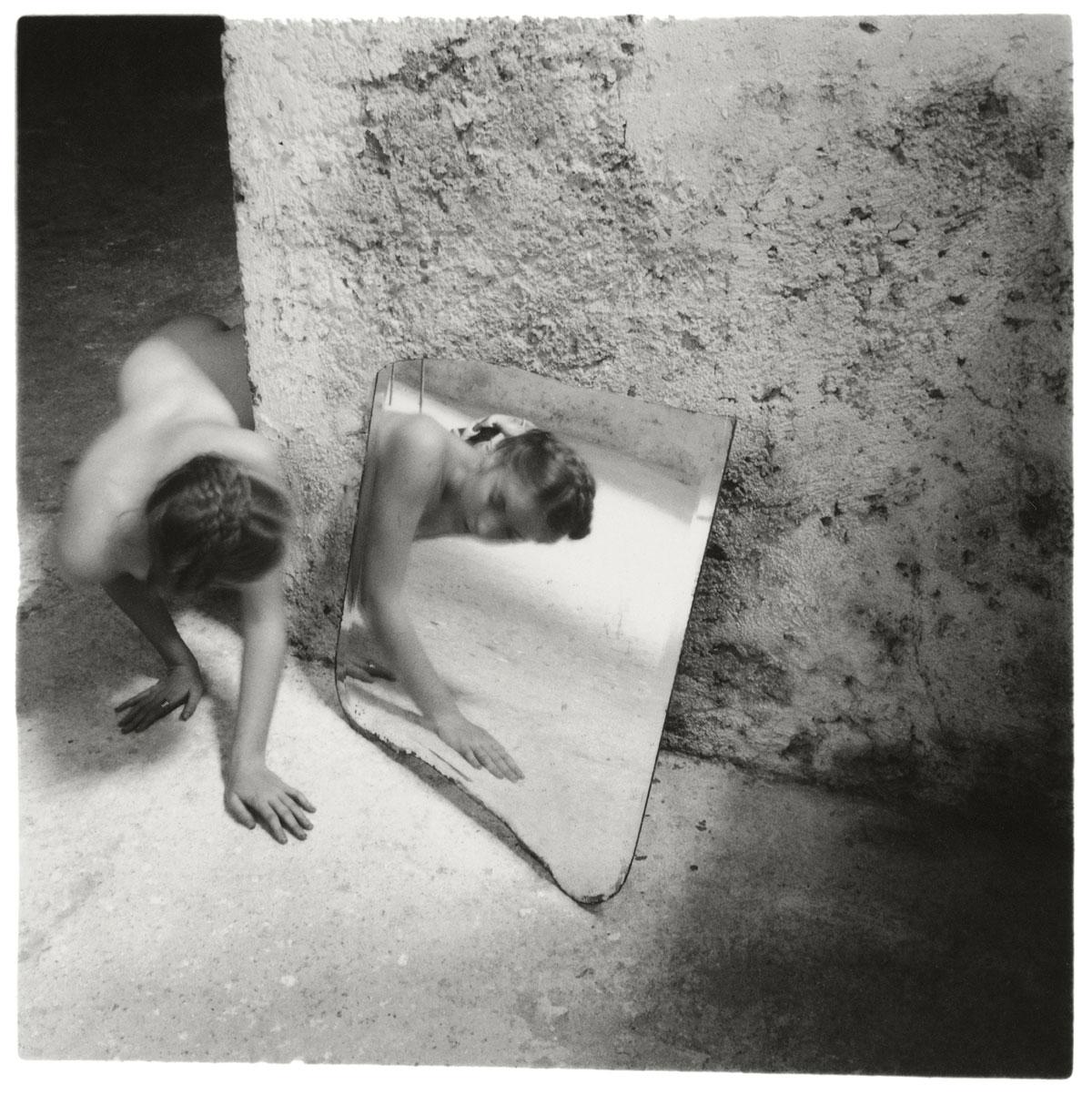 Fotó: Francesca Woodman<br />Self-deceit #1, Rome, Italy, 1978<br />© George and Betty Woodman