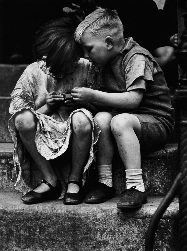 Fotó:Wolfgang Suschitzky: A matchbox, London, 1936  © Wolfgang Suschitzky