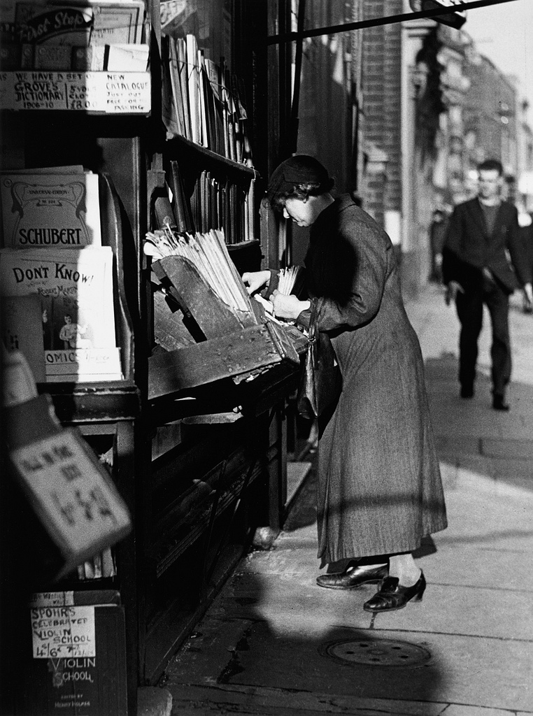 Fotó: Wolfgang Suschitzky: Charing Cross Road, Beaumonts, London, 1937 © Wolfgang Suschitzky