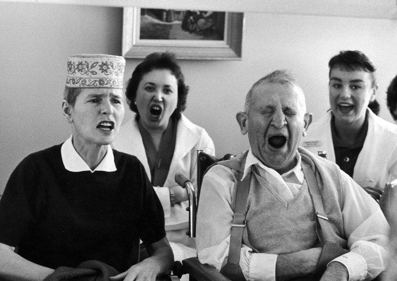 Fotó: Alfred Eisenstaedt: Miután a betegség gyengítette a hangját, a fotográfusnőt megtanítják, hogyan beszéljen érthetően, 1959 © The LIFE Picture Collection/Getty Images
