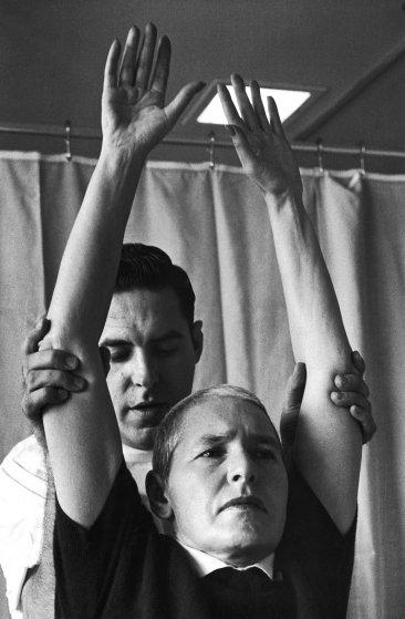 Fotó: Alfred Eisenstaedt: Margaret Bourke-White arckifejezésén jól látszik, hogy milyen megerőltető egy-egy tornagyakorlat, 1959 © The LIFE Picture Collection/Getty Images