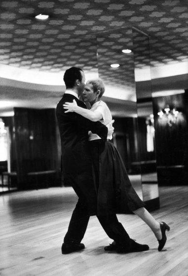 Fotó: Alfred Eisenstaedt: Táncstúdióban tanulnak tangózni, hiszen a helyes koordinációt segítik a táncgyakorlatok, 1959 © The LIFE Picture Collection/Getty Images
