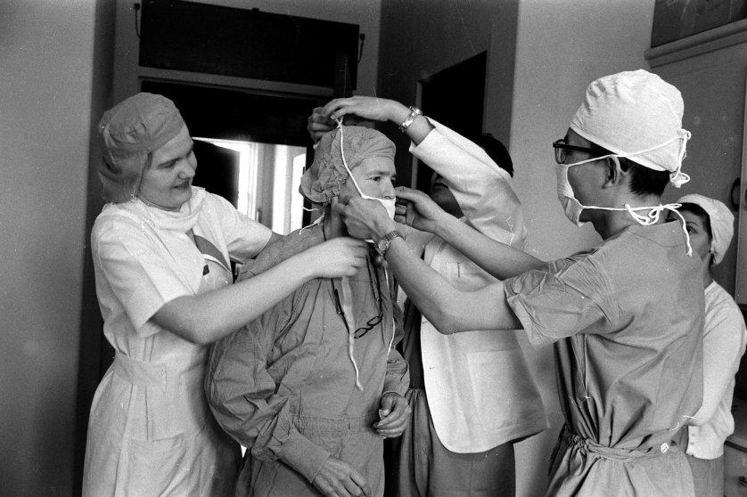Fotó: Alfred Eisenstaedt: A fotográfusnő felkészül egy Parkinson-kóros beteg műtétjének megfigyelésére, 1959 © The LIFE Picture Collection/Getty Images