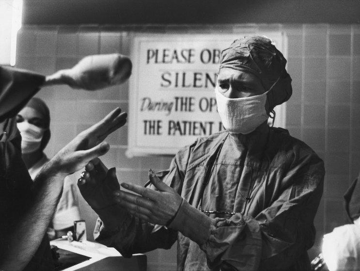 Fotó: Alfred Eisenstaedt: A sikeres beavatkozást követően a páciens tíz év után ki tudta egyenesíteni ujjait. 'Bár nem ismertem ezt az embert, de minden pillanatát átéreztem az örömének.' 1959 © The LIFE Picture Collection/Getty Images