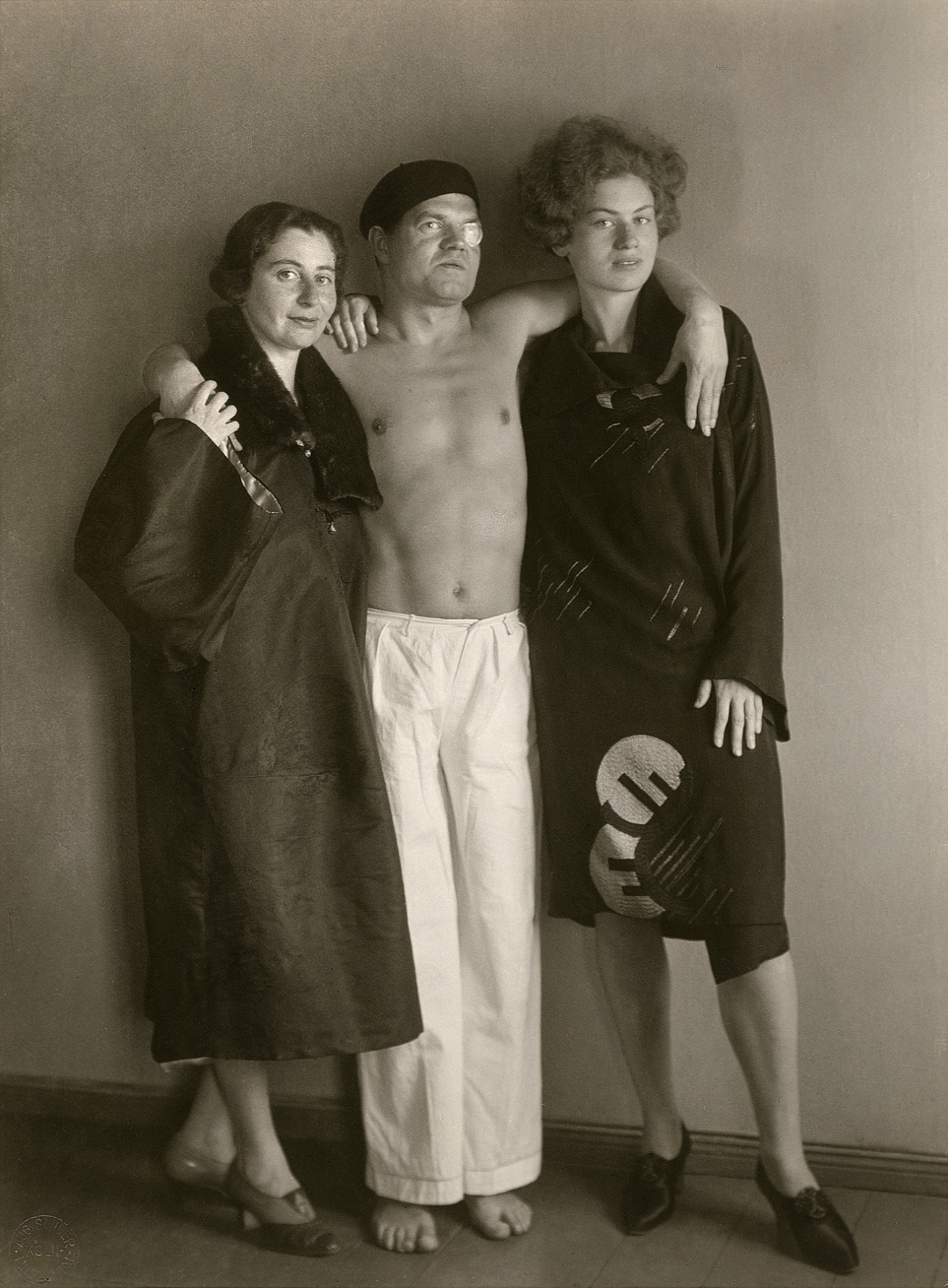 Fotó: August Sander <br />The Dadaist Raoul Hausmann [with Hedwig Mankiewitz and Vera Broïdo]<br />1929<br />Gelatin silver print<br />© Die Photographische Sammlung/SK Stiftung Kultur – August Sander Archiv; VG Bild-Kunst, 2018