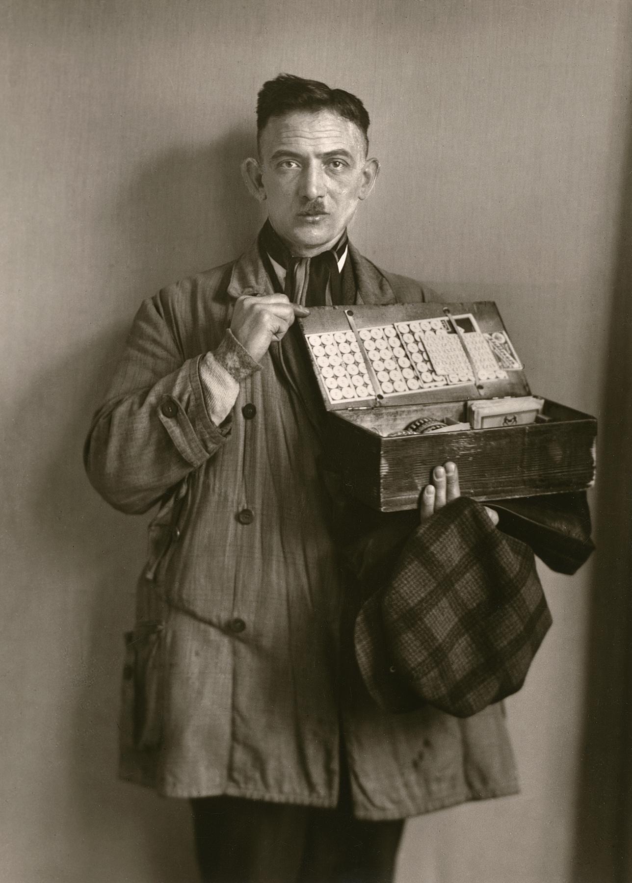 Fotó: August Sander <br />Peddler<br />1930<br />Gelatin silver print<br />© Die Photographische Sammlung/SK Stiftung Kultur – August Sander Archiv; VG Bild-Kunst, 2018