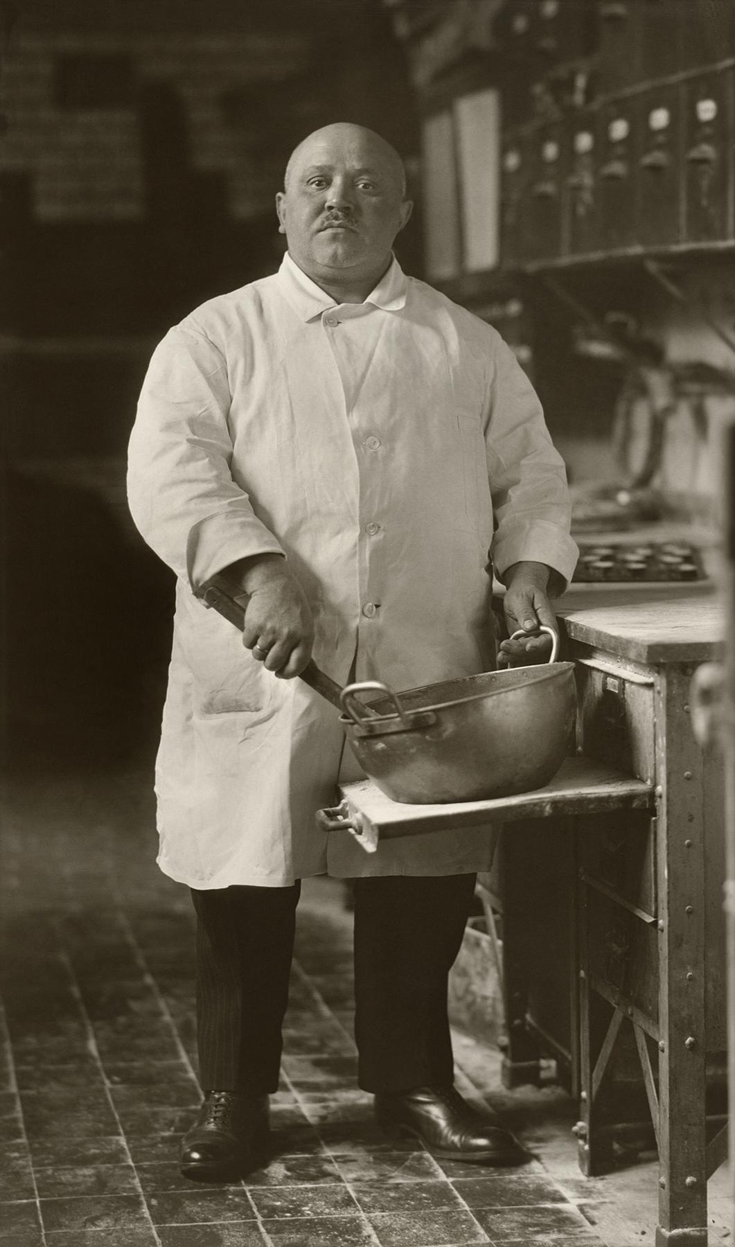 Fotó: August Sander <br />Pastry Cook<br />1928<br />Gelatin silver print<br />© Die Photographische Sammlung/SK Stiftung Kultur – August Sander Archiv; VG Bild-Kunst, 2018