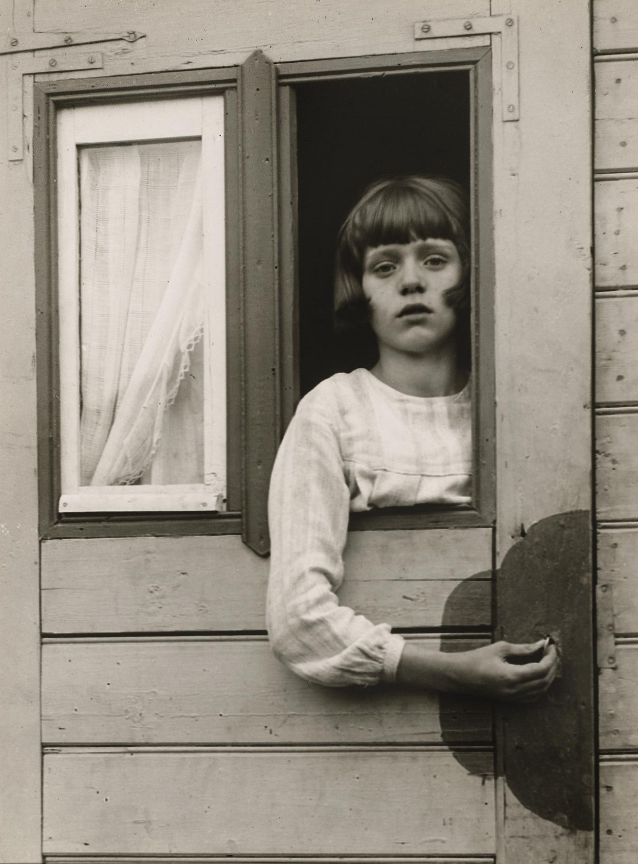 Fotó: August Sander <br />Girl in Fairground Caravan<br />1926-1932<br />Gelatin silver print<br />© Die Photographische Sammlung/SK Stiftung Kultur – August Sander Archiv; VG Bild-Kunst, 2018; Courtesy: The Museum of Modern Art, New York