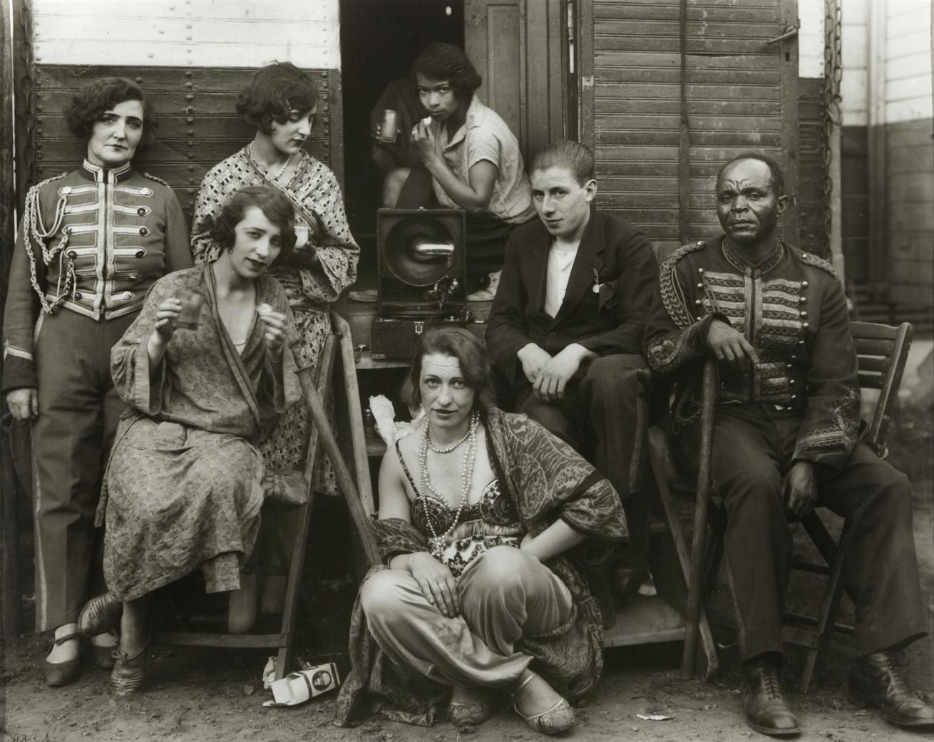 Fotó: August Sander <br />Zirkusartisten (Circus Artists)<br />1926-1932<br />Gelatin silver print<br />© Die Photographische Sammlung/SK Stiftung Kultur – August Sander Archiv, Köln; VG Bild-Kunst, Bonn, 2014