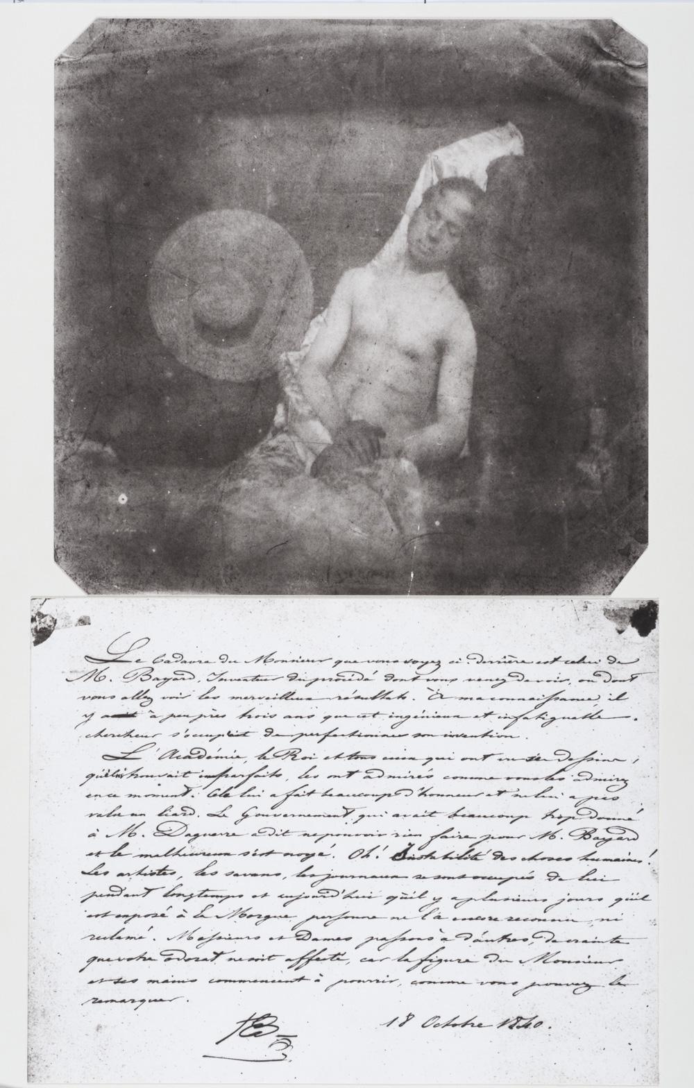 Fotó: Hippolyte Bayard: Önarckép vízbefúltan, 1840. október 18.<br />A képaláírás magyar fordítását a cikk végén lévő linken találod.