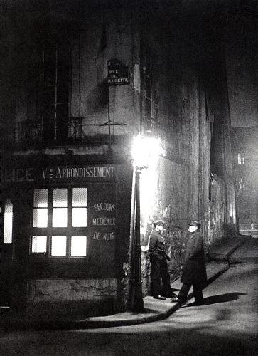 Fotó: Brassaï: Rendőrök a rue de Rochette sarkán, Párizs, 1933 k., magántulajdon