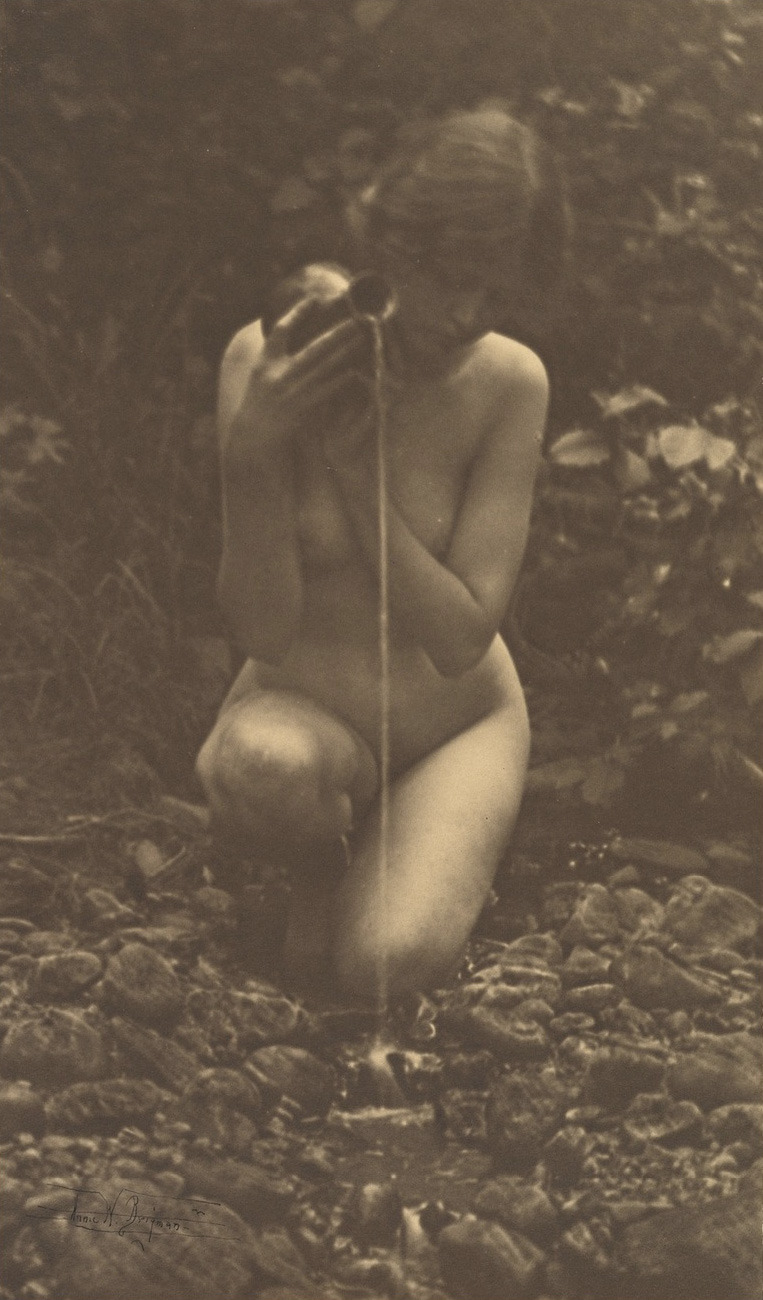 Fotó: Annie W. Brigman: The Source, 1909 (megjelent: Camera Work 25.; 1909)