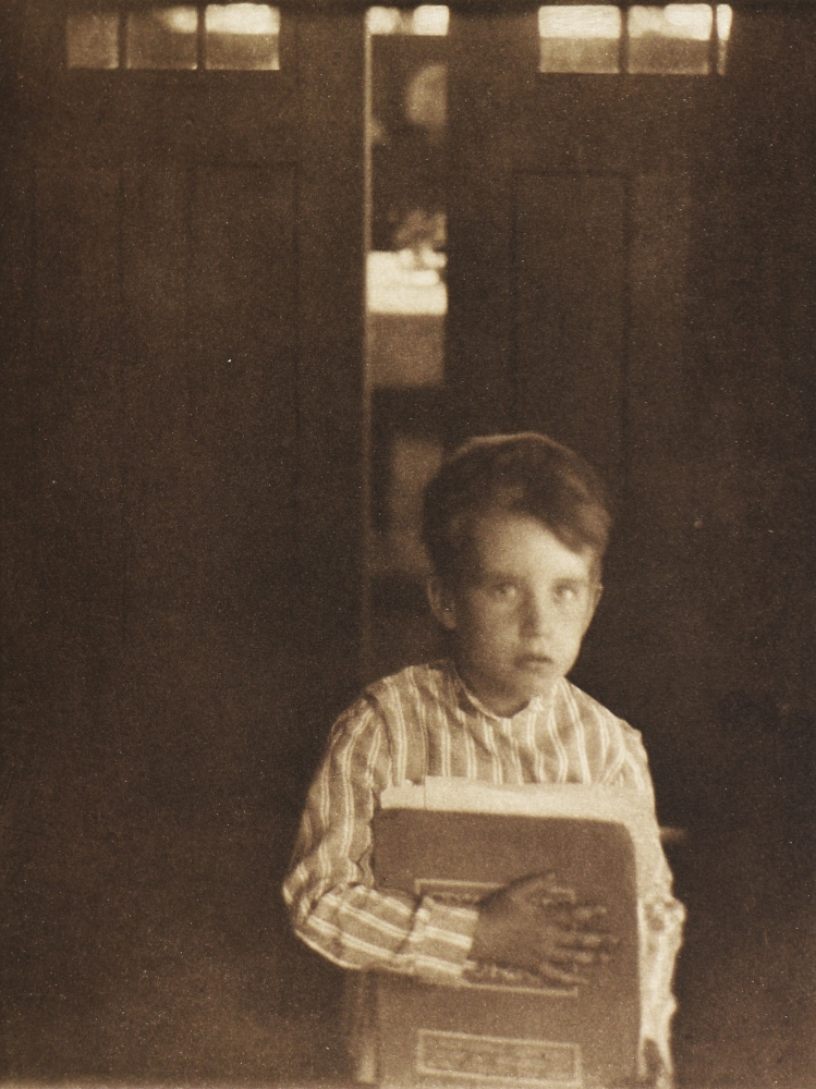 Fotó: Clarence H. White : Boy with Camera Work, 1905 (megjelent: Camera Work 9.; 1905)
