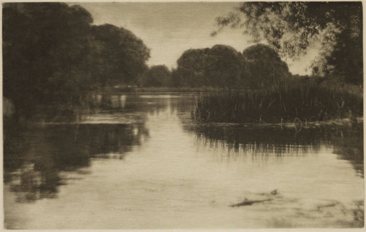 Fotó: J. Craig Annan: Bolney Backwater, 1910 (megjelent: Camera Work 32.; 1910)