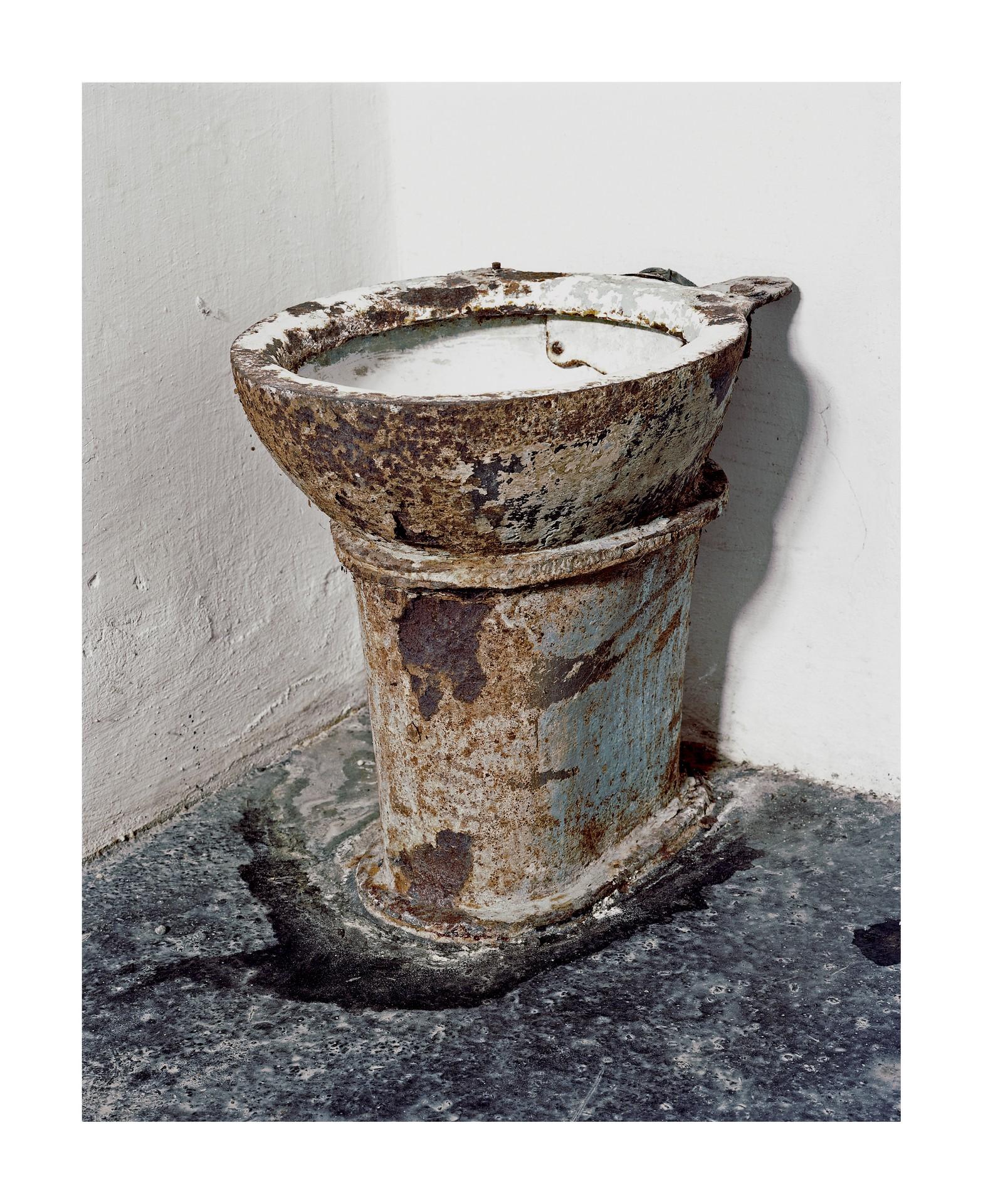 Fotó: Kovalovszky Dániel: WC csésze a Kisfogház egyik cellájából.