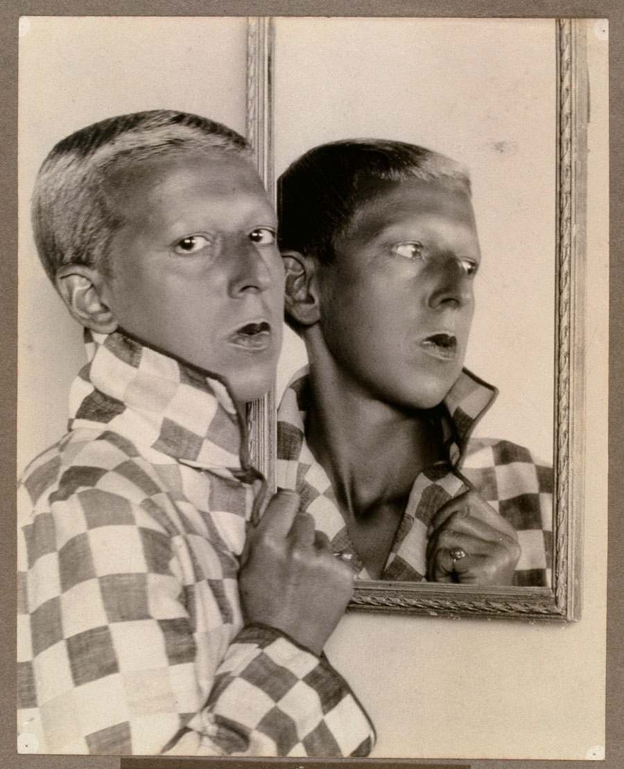 Fotó: Claude Cahun: Self-portrait (reflected image in mirror with chequered jacket), 1927
