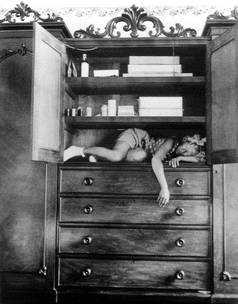 Fotó: Claude Cahun: Self-portrait (in cupboard), c. 1932 © Jersey Heritage Collections