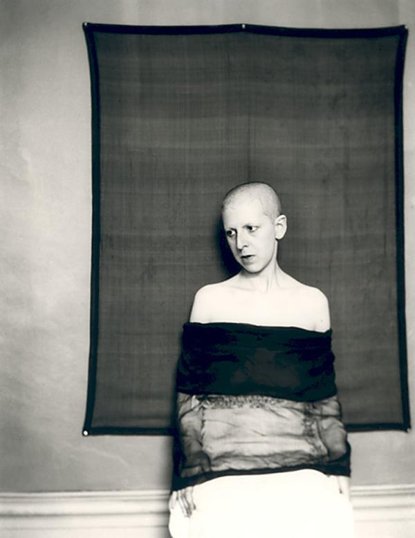 Fotó: Claude Cahun: Self-portrait (shaved head, material draped across body), 1920