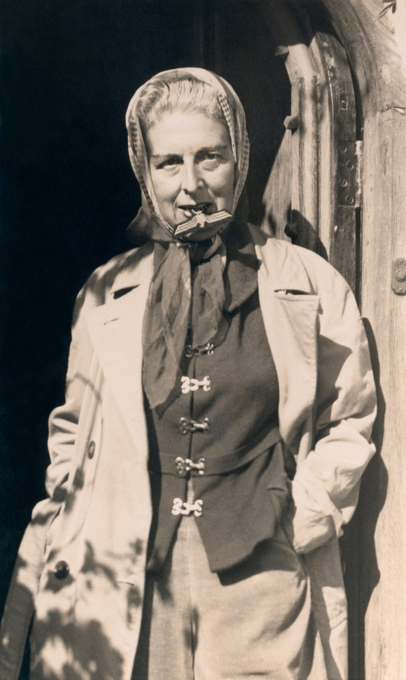 Fotó: Claude Cahun: Self-portrait (with Nazi badge between her teeth), 1945<br />Photograph – Courtesy of the artist