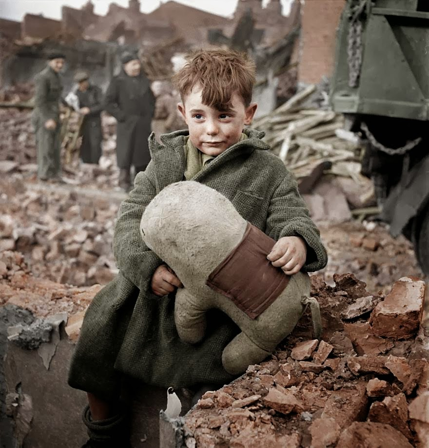 abandoned_boy_london_1940_color.jpg
