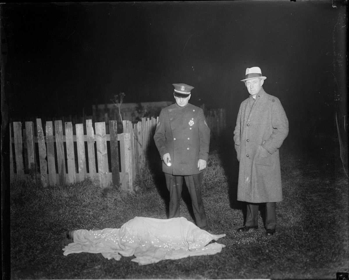 Fotó: Leslie Jones: Rendőr és nyomozó pózol egy holttest mellett, Boston © Boston Public Library / Leslie Jones Collection