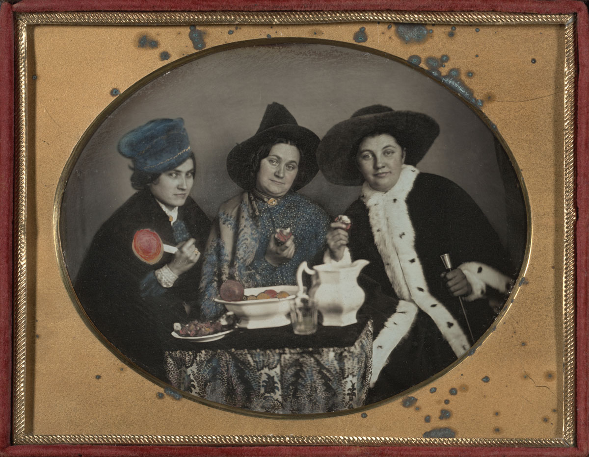 Fotó: Unknown Maker (American)<br />Three Lively Women<br />c. 1850<br />Daguerreotype, quarter plate<br />3 ¼ x 4 ¼ inches<br />The Nelson-Atkins Museum of Art, Gift of Hallmark Cards, Inc.,<br />© Nelson Gallery Foundation