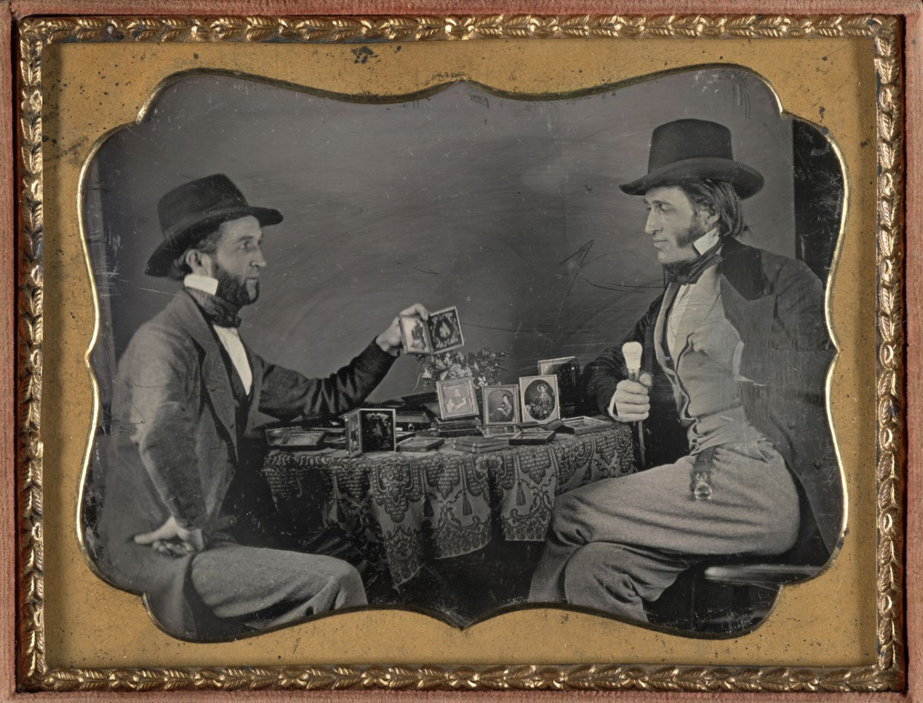 Fotó: Unknown Maker (American)<br />A Showing of Daguerreotypes<br />c. 1850<br />Daguerreotype, quarter plate<br />3 ¼ x 4 ¼ inches<br />The Nelson-Atkins Museum of Art, Gift of Hallmark Cards, Inc.,<br />© Nelson Gallery Foundation