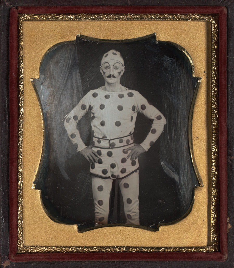 Fotó: Unknown Maker (American)<br />Clown<br />c. 1850-55<br />Daguerreotype, sixth plate<br />2 ¼ x 2 ¾ inches<br />The Nelson-Atkins Museum of Art, Gift of Hallmark Cards, Inc.,<br />© Nelson Gallery Foundation