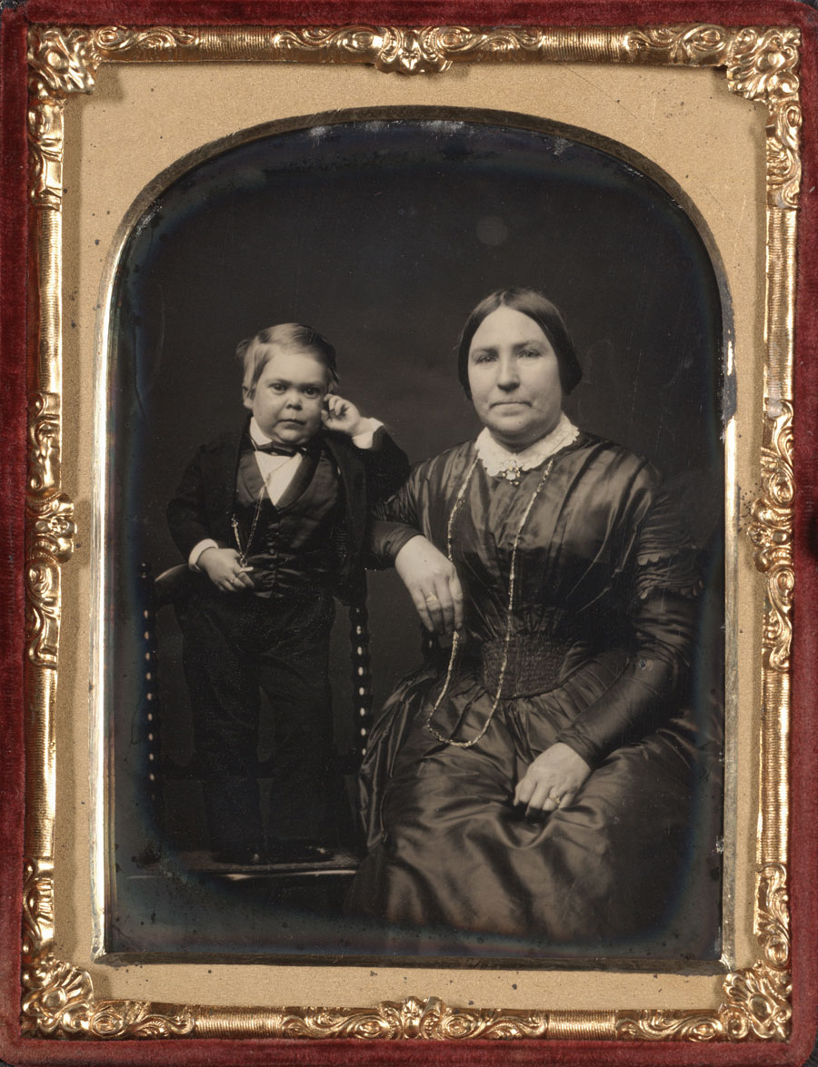 Fotó: Unknown Maker (American)<br />Tom Thumb and his Mother<br />c. 1850-55<br />Daguerreotype, quarter plate<br />4 ¼ x 3 ¼ inches<br />The Nelson-Atkins Museum of Art, Gift of Hallmark Cards, Inc.,<br />© Nelson Gallery Foundation