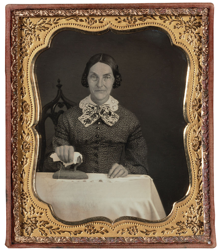 Fotó: <br />Unknown Maker (American)<br />Woman Ironing<br />c. 1850-55<br />Daguerreotype, sixth plate<br />3 ¼ x 2 ¾ inches<br />The Nelson-Atkins Museum of Art, Gift of Hallmark Cards, Inc.,<br />© Nelson Gallery Foundation