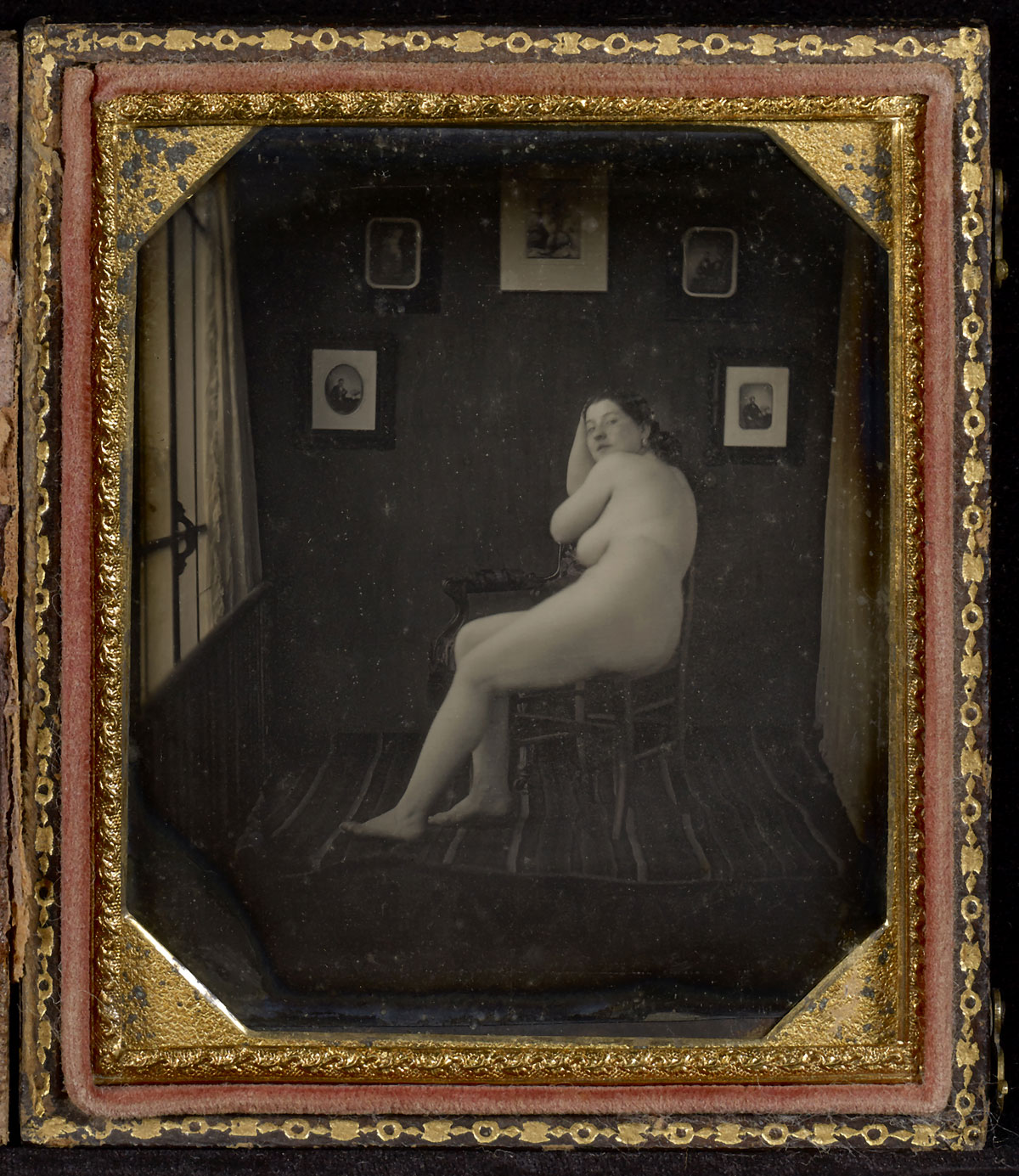 Fotó: Unknown maker (American)<br />Nude Woman in Photographer's Studio<br />c. 1850<br />Daguerreotype<br />1/6 plate<br />Image: 9.5 x 7.6 cm (3 3/4 x 3 in.)<br />Graham Nash Collection