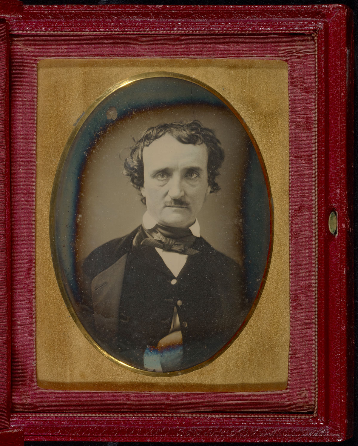 Fotó: Unknown maker (American)<br />Portrait of Edgar Allan Poe<br />late May – early June 1849<br />Daguerreotype<br />1/2 plate<br />Image: 12.2 x 8.9 cm (4 13/16 x 3 1/2 in.)<br />Mat (and overmat): 15.6 x 12.7 cm (6 1/8 x 5 in.)<br />Object (whole): 17.9 x 14.9 cm (7 1/16 x 5 7/8 in.)<br />The J. Paul Getty Museum, Los Angeles