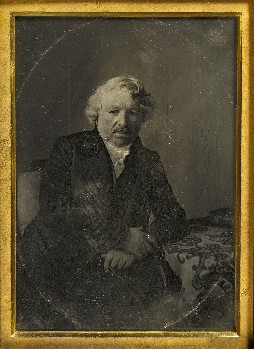 Fotó: Charles Richard Meade (American, 1826-1858)<br />Portrait of Louis-Jacques-Mandé Daguerre<br />1848<br />Daguerreotype, hand-colored<br />1/2 plate<br />Image: 15.7 x 11.5 cm (6 3/16 x 4 1/2 in.)<br />Mat: 16 x 12 cm (6 5/16 x 4 13/16 in.)<br />Object (whole): 22.1 x 17.8 cm (8 11/16 x 7 in.)<br />The J. Paul Getty Museum, Los Angeles