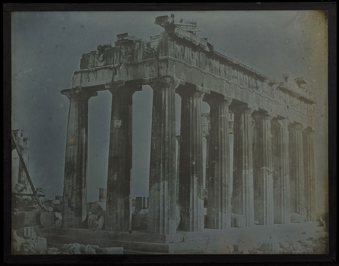Fotó: Joseph-Philibert Girault de Prangey (French, 1804-1892)<br />Facade and North Colonnade of the Parthenon on the Acropolis, Athens<br />1842<br />Daguerreotype<br />Whole plate<br />Image: 18.8 x 24 cm (7 3/8 x 9 7/16 in.)<br />Object (whole): 18.8 x 24 cm (7 3/8 x 9 7/16 in.)<br />The J. Paul Getty Museum, Los Angeles