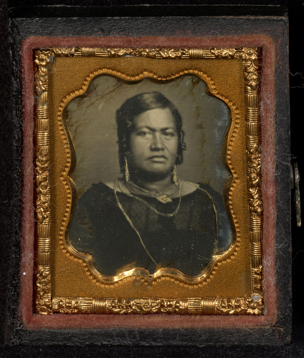 Fotó: Attributed to Dr. Hugo Stangenwald (Austrian, born Germany, 1829-1899)<br />Portrait of Queen Kalama of Hawaii<br />c. 1853-1854<br />Daguerreotype, hand-colored<br />1/16 plate<br />Image: 3 x 2.5 cm (1 3/16 x 1 in.)<br />Mat: 4.1 x 3.5 cm (1 5/8 x 1 3/8 in.)<br />Open: 5.1 x 8.9 cm (2 x 3 1/2 in.)<br />The J. Paul Getty Museum, Los Angeles
