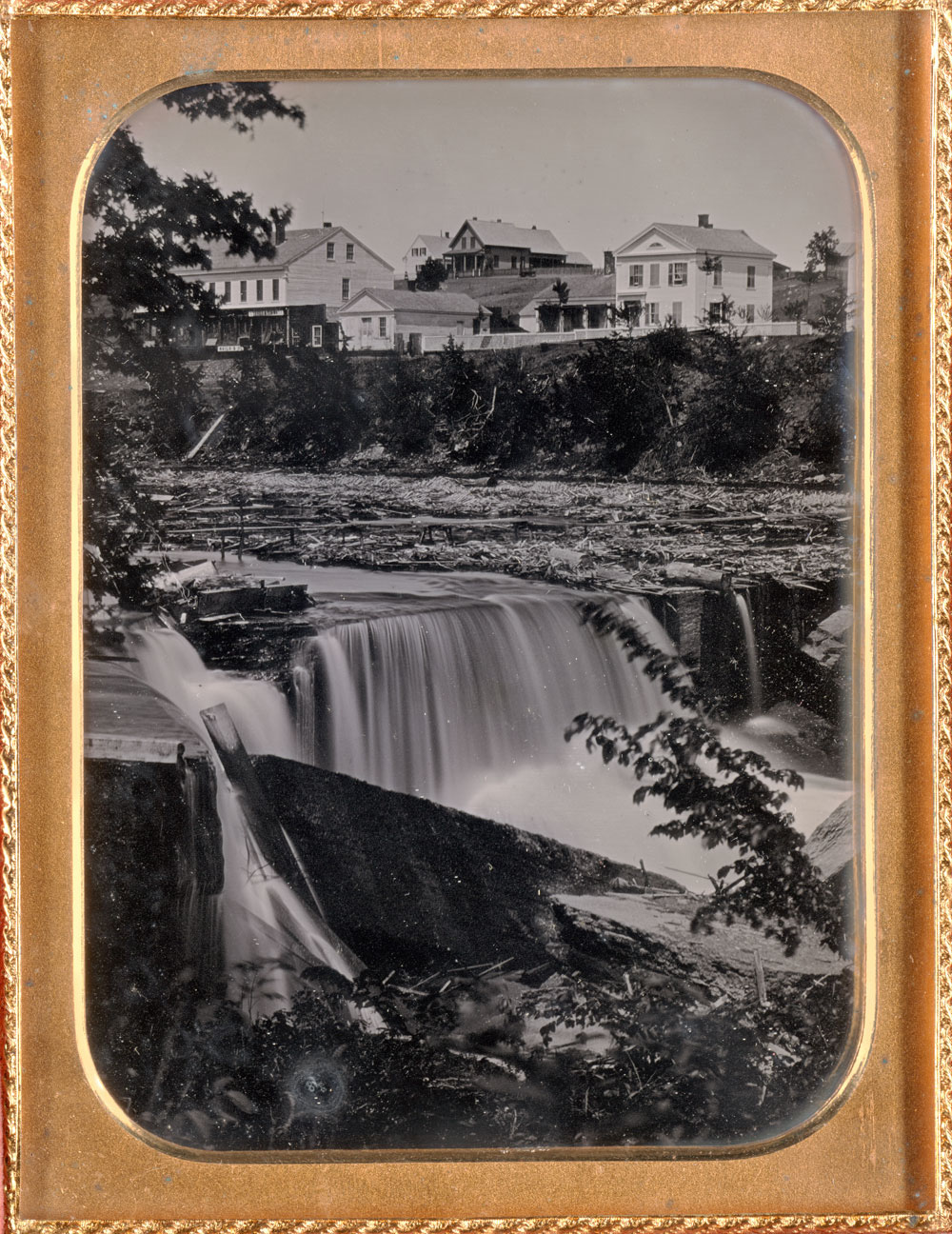 Fotó: Unknown<br />St. Anthony Falls<br />c. 1852<br />Daguerreotype, half plate<br />Plate: 5 1/2 x 4 1/2 inches (13.97 x 11.43 cm)<br />Case: 6 x 4 3/4 x 1/2 inches (15.24 x 12.07 x 1.27 cm)<br />Gift of the Hall Family Foundation<br />© Nelson Gallery Foundation