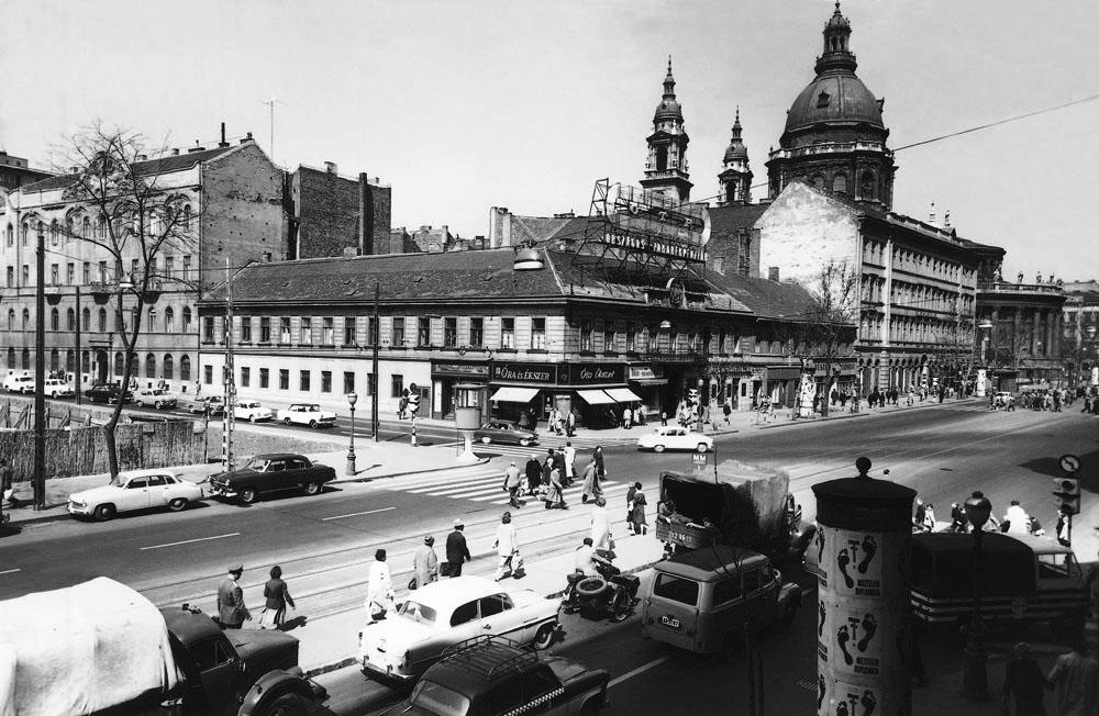Fotó: A Bajcsy-Zsilinszky út – József Attila utca sarok, forgalomirányító fülkével, 1960-as évek első fele © Budapesti Városépítési Tervező Vállalat